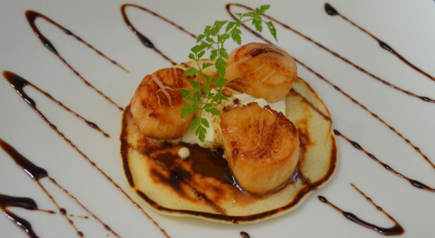 Scallops with Pernod on ginger blinis