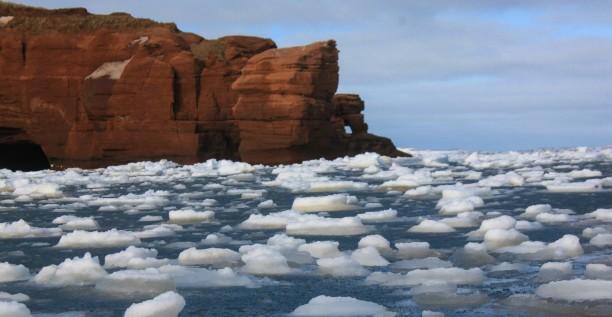 Îles de la Madeleine, falaise de grès rouge, débarris, glaces, mer